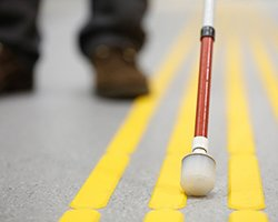 Bande de guidage PMR : normes et réglementation
