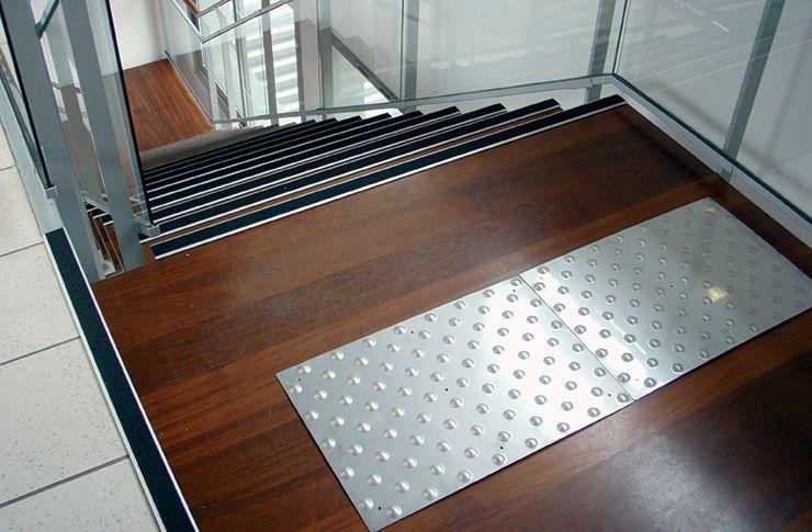bandes escalier escalier cintr en chne teint avec marche de dpart cintre et bandes poteau ee. Black Bedroom Furniture Sets. Home Design Ideas