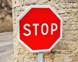 Le STOP : marquage au sol et panneaux de signalisation