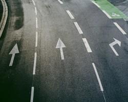 Marquage au sol réglementaire des flèches directionnelles