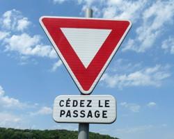 Le cédez le passage : marquage au sol et panneaux de signalisation