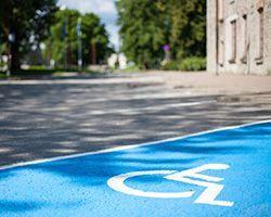Comment réaliser une place de parking handicapée réglementaire ?