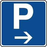 Panneau indication de parking situé à droite