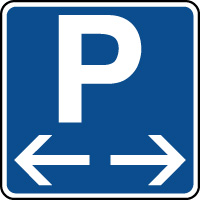 Panneau indication de parking situé à gauche et à droite